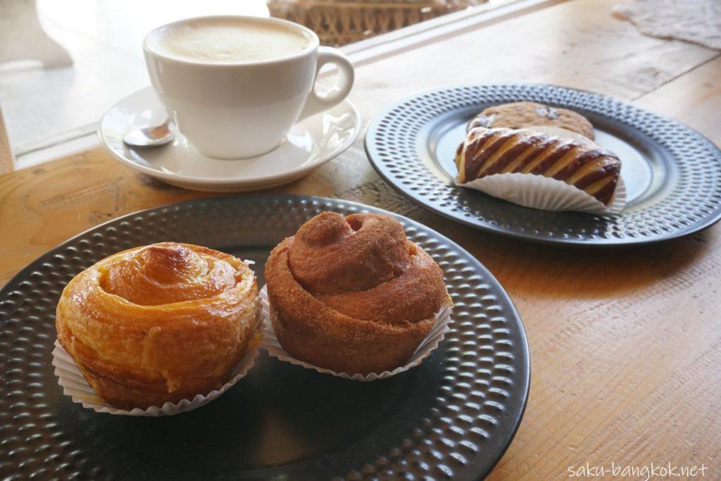 バンコク・アーリーのベーカリーカフェLandhaus Bakeryのシナモンロールなど