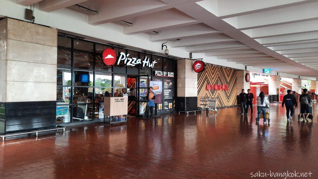 ジャカルタ・スカルノハッタ空港[国際線]ターミナル2 到着ロビー グラブ乗り場の目印のピザハット