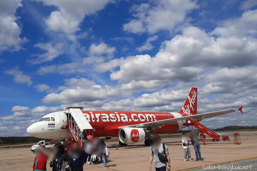 バンコク・ドンムアン空港発ルーイ空港行きのエアアジアの飛行機