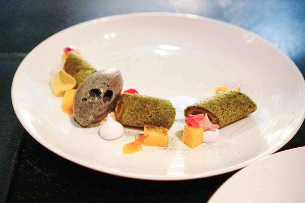 バンコクマリオットホテルスクンビット内のステーキハウス【The District Grill Room & Bar】抹茶とマンゴーのデザート