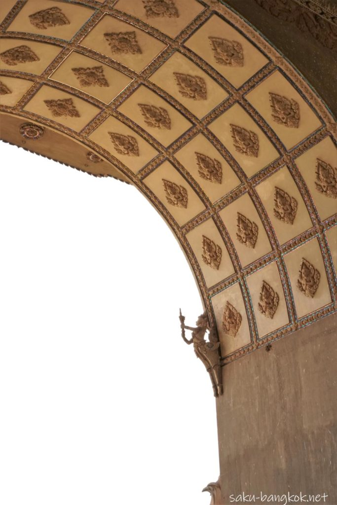 ラオスの凱旋門「パトゥーサイ」