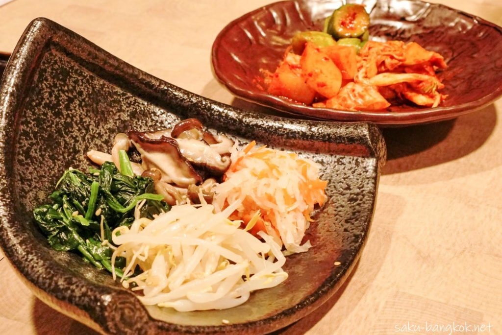 バンコクの焼肉やさん【肉匠】限定の匠コース キムチ・ナムル盛り合わせ
