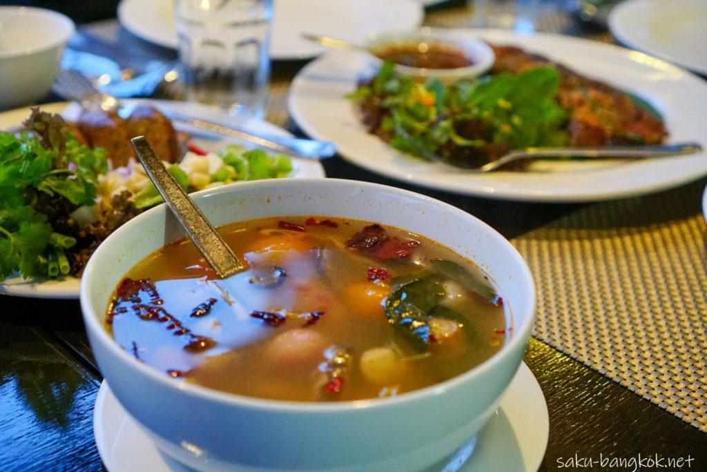 チェンライ シンハパークでタイ料理ディナー
